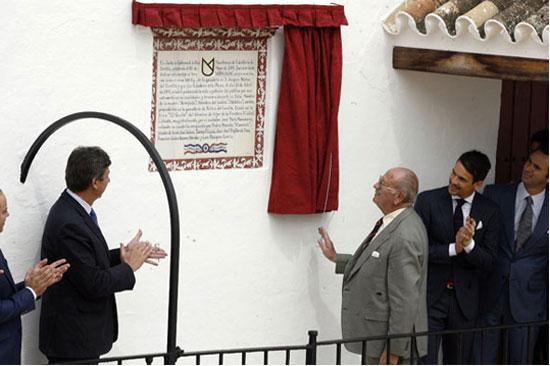 El ganadero Joaquín Núñez del Cuvillo descubre el azulejo en el corral de la Maestranza. (FOTO: Arjona/josemariamanzanares.com)