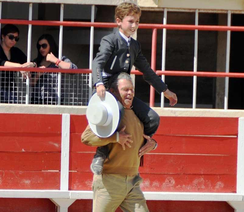 Espartaco padre pasea ilusionado a Calerito, el niño torero sevillano de Aznalcóllar. (FOTO: Paul Hermé)