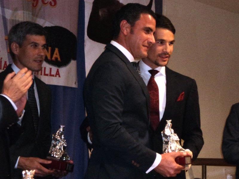 Manzanares entrega el premio a su cuadrilla. En la imagen, el turno de 'Chocolate'; detrás, Curro Javier.