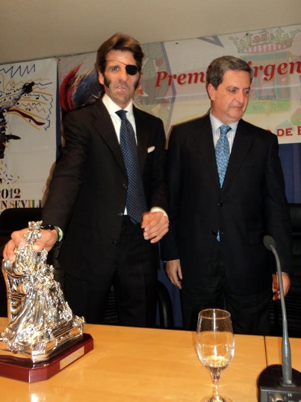 Padilla junto al presidente del Colegio de Enfermería de Sevilla.