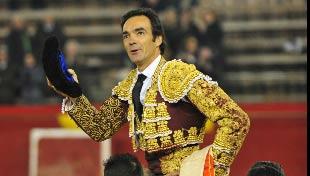 El Cid, a hombros en Valencia hoy. (FOTO: Alberto de Jesús/mundotoro.com)