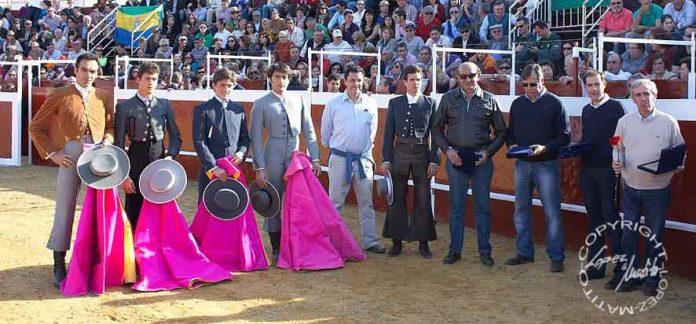 Los toreros y ganaderos colaboradores en el festival. (FOTO: www.lopezmatito.com)