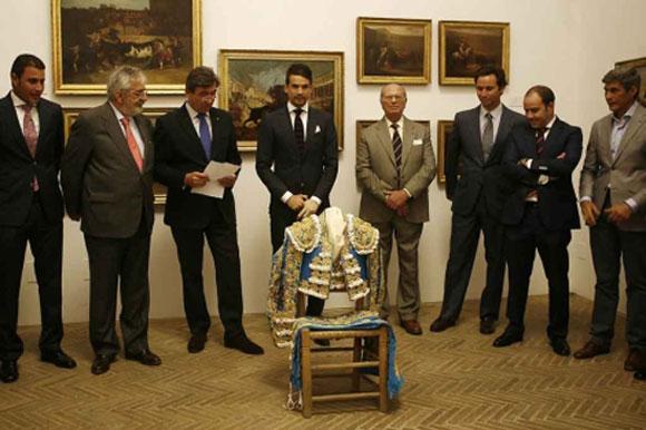 Manzanares entrega en el Museo de la Maestranza el histórico traje, acompañado de su cuadrilla, el ganadero de Núñez del Cuvillo, el empresario y el fiscal de la Junta de Gobierno de la Maestranza. (FOTO: EFE)