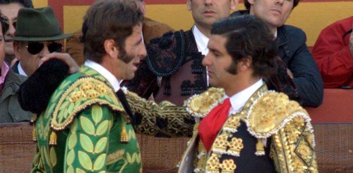 Morante le brinda a Juan José Padilla. (FOTO: Gallardo / badajoztaurina.com)