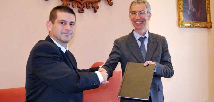 El autor del pasodoble entrega la partitura al alcalde de Utrera. (FOTO: Ayuntamiento de Utrera)
