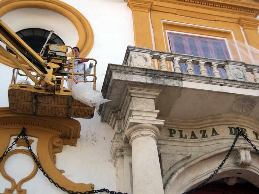 Limpieza de la fachada del coso sevillano.