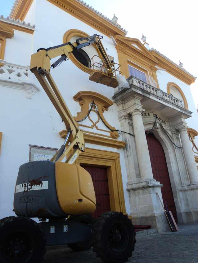Una grúa opera en la fachada.