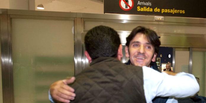Diego Ventura es recibido en Sevilla por familiares y amigos.