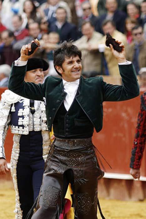 Diego Ventura, con las dos orejas del tercero. (FOTO: Arjona/Pagés)