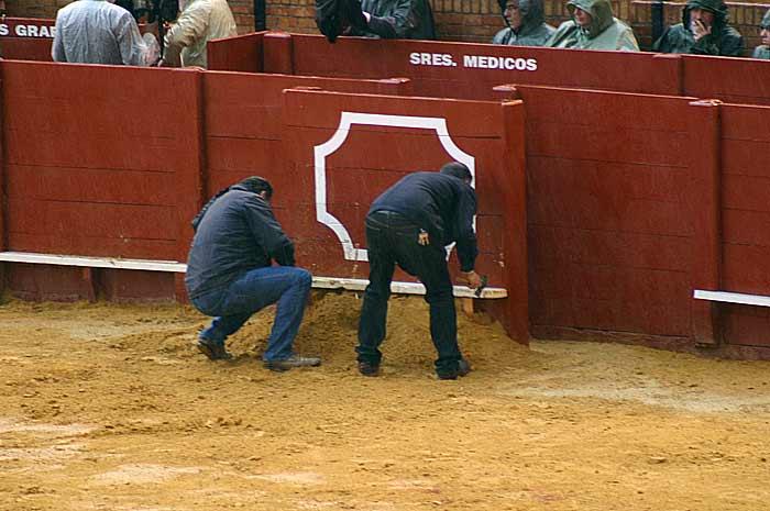 Los carpinteros arreglan un burladero.