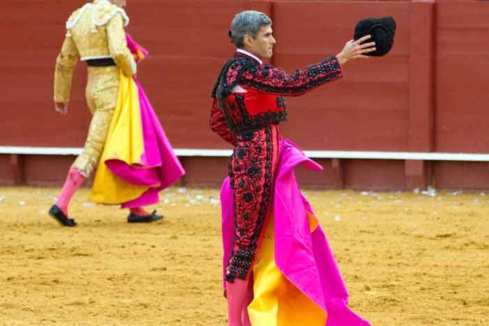 Sevilla se le entrega.