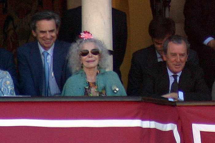 La duquesa de Alba (sin marido) junto a Javier Benjumea, teniente de hermano mayor.