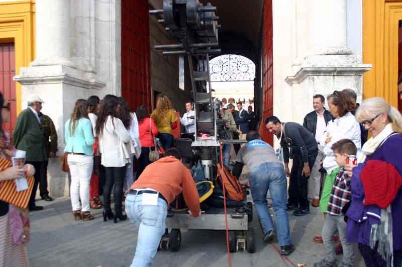 Los técnicos del Plus introducen la cámara grúa de la Puerta del Príncipe.