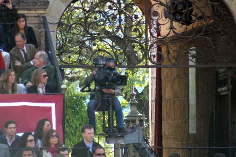 La cámara grúa de la Puerta del Príncipe, ya en su sitio habitual dentro de la plaza.