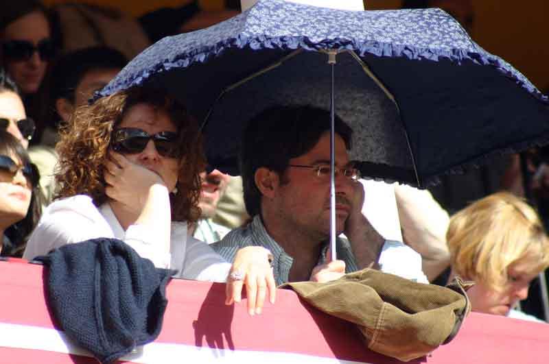 ¡Qué monada de paraguas!... pero qué cara de aburrimiento la de estos aficionados.