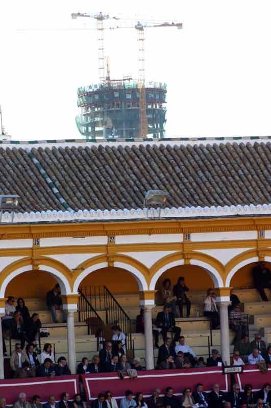 La polémica Torre Pelli asoma y se convierte en el nuevo 'sky line' de la Maestranza.