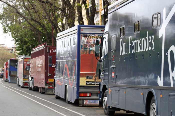 Caravana de camiones-cuadras.