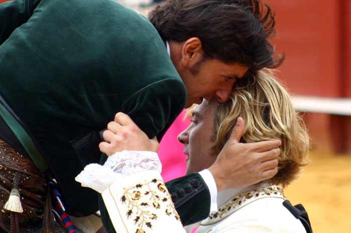Diego Ventura le brindó su faena al compañero, animándole en el duro trance.