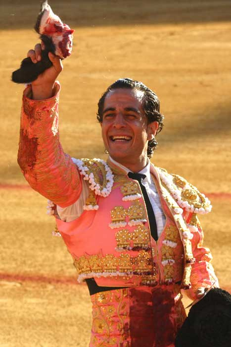 Iván Fandiño, con la oreja lograda al tercer 'victorino'. (FOTO: Javier Martínez)