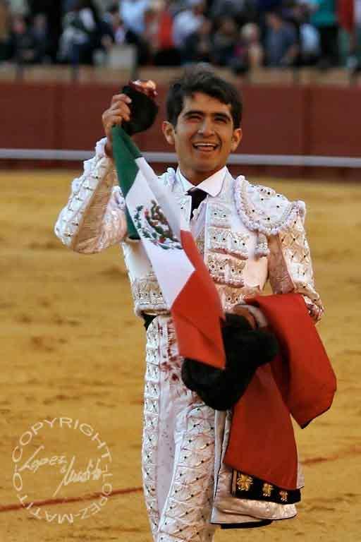 Joselito Adame, con la oreja del sexto. (FOTO: lopezmatito.com)