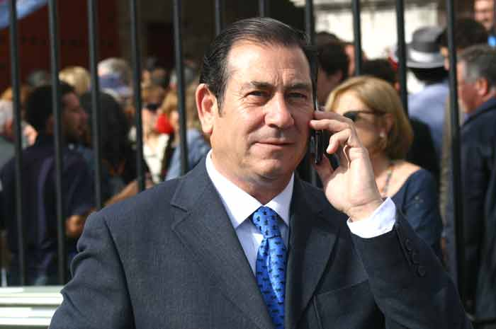 El apoderado José Luis Cazalla atento siempre al teléfono.