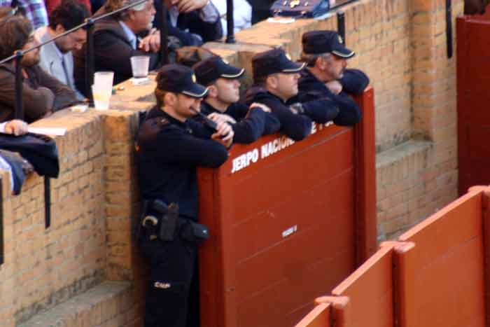 La poli uniformada...