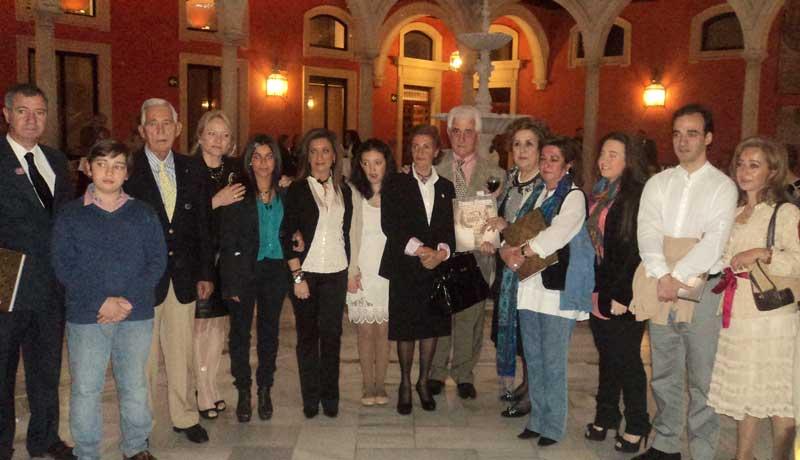Toda la familia de Diego Puerta junto con Paco Camino y El Viti.