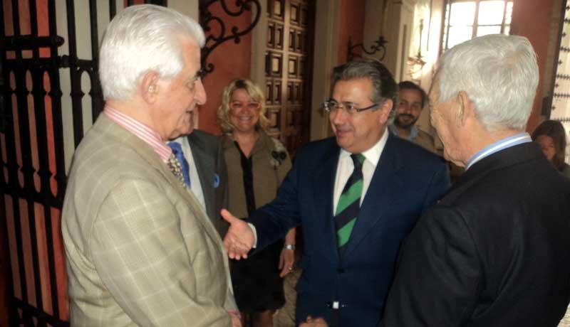 El alcalde saluda a los dos veteranos diestros a su llegada.