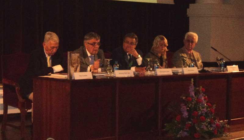 Paco Camino y El Viti, junto al autor del libro y el alcalde de Sevilla, recordaron al maestro.