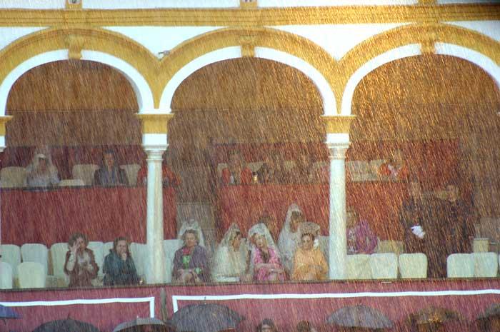 Comienza a llover con fuerza sobre la Maestranza.
