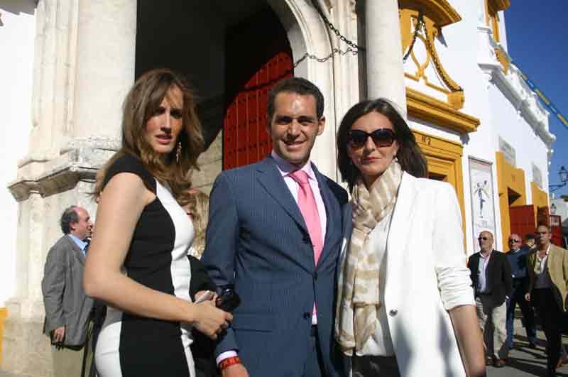 Luis Mariscal, acompañado de su mujer y su hermana.