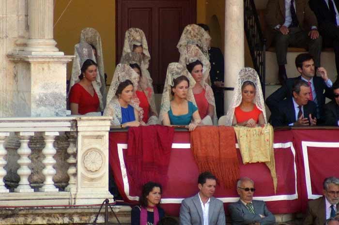 Eso sí, los maestrantes cuidan la tradición de la mantilla en Feria.