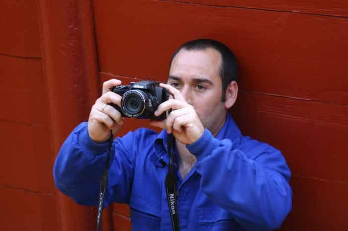 El popular arenero Mesita, reconvertido en fotógrafo para un recuerdo de unos aficionados.