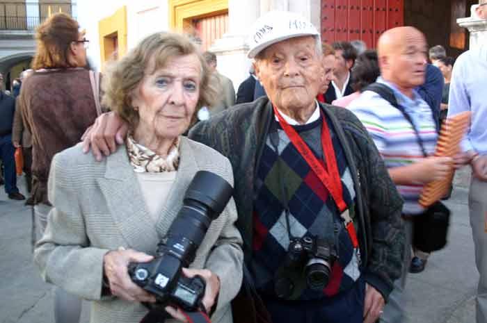 El fotógrafo Oaco Cano y señora; en diciembre cumplirá 100 años.