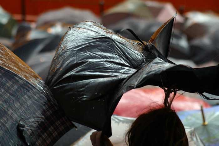 Los paraguas 'de emergencia' que venden en el exterior no aguantan el viento.