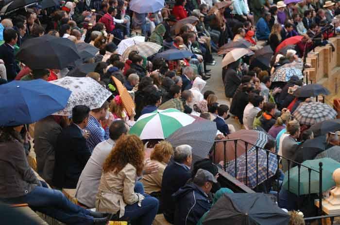 Día de ligera llovizna en la Maestranza y paraguas en los tendidos.