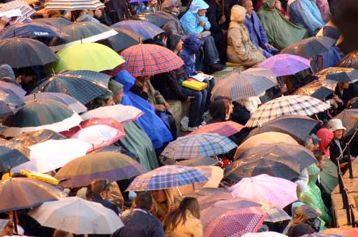 Una tarde pasada por agua que obliga al uso masivo del paraguas.
