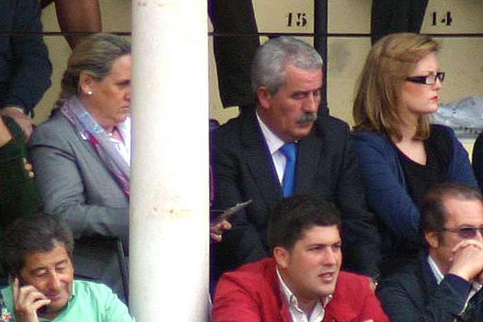 Luis Partida vive en su 'mundo yupi'; ni él ni su acompañante tienen problemas en su 'palco de convite'...