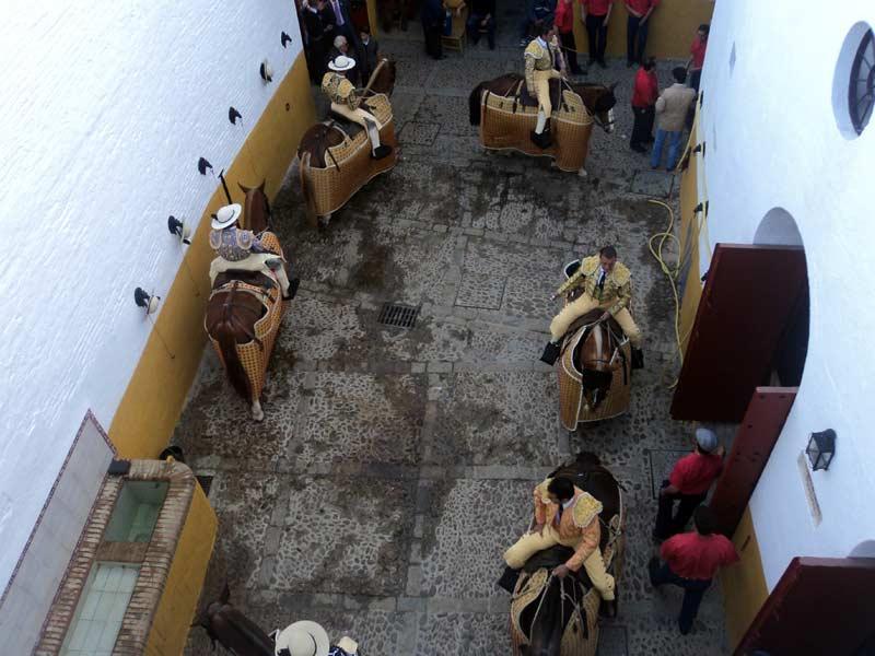 Los picadores hacen la 'rueda' en el patio de caballos.