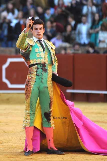 Fernando Adrián, con la oreja del quinto. (FOTO: lopezmatito.com)