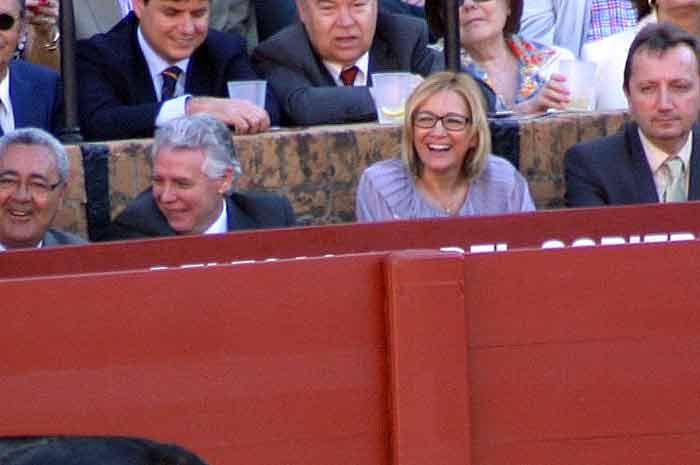 Carmen Tovar (¿sin marido?) y el consejero Francisco Menacho riendo por la voltereta de un toro.