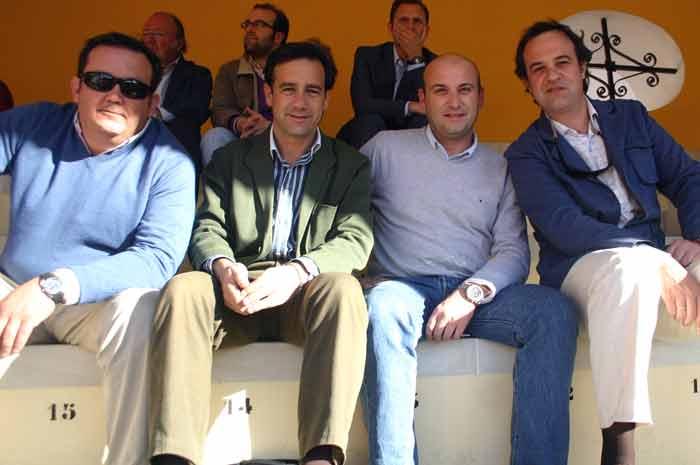 Cuatro antiguos miembros de la Tertulia Taurina Universitaria, entre ellos sus dos primeros presidentes.