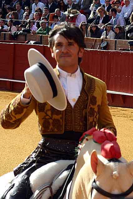 Diego Ventura saluda al comenzar el festejo. (FOTO: Javier Martínez)