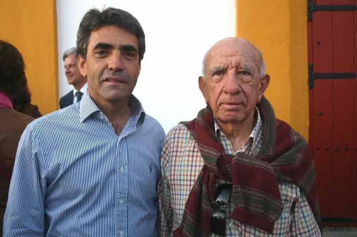 Los ganaderos Victorino Martín padre e hijo ya están en Sevilla.