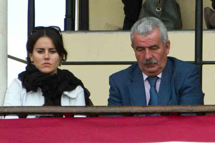 Miércoles, 18 de abril: El director general de Espectáculos, Luis Partida, en balconcillo, presumiblemente junto a su hija, con pases a nombre de la Junta de Andalucía. (FOTO: Paco Díaz)