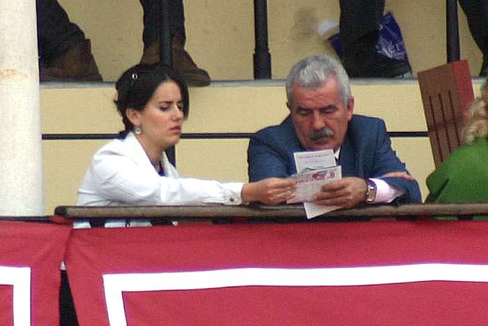 Miércoles, 18 de abril: El director general de Espectáculos, Luis Partida, en balconcillo, presumiblemente junto a su hija, con pases a nombre de la Junta. (FOTO: Javier Martínez)