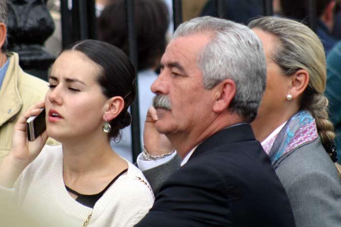 Viernes, 20 de abril: Luis Partida, presumiblemente junto a su mujer e hija, parecen esperar a alguien antes de acceder a la plaza. (FOTO: Javier Martínez)