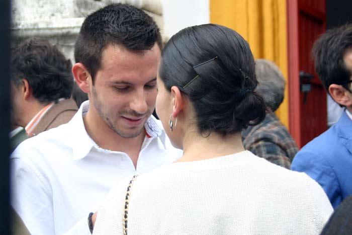 Viernes, 20 de abril: Aparece a quien esperaban, que saluda a toda la familia de Luis Partida; también asistirá a la zona de 'convite' de la Junta algunos días. (FOTO: Javier Martínez)