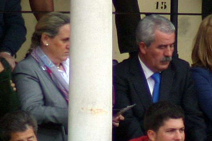 Viernes, 20 de abril: El director general de Espectáculos, Luis Partida, junto a su señora en localidades de la Junta. (FOTO: Javier Martínez)