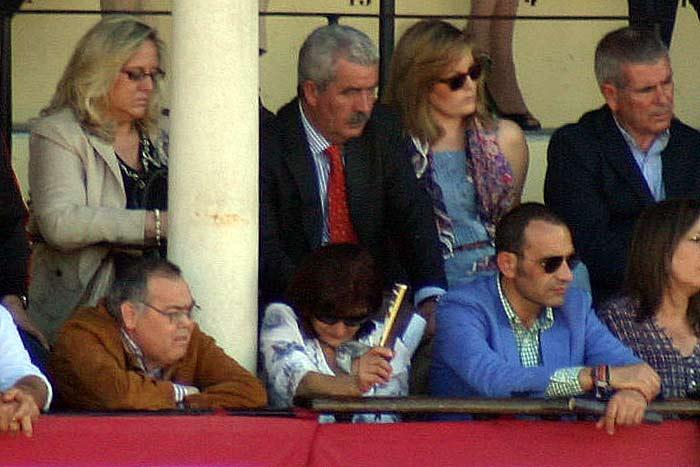 Sábado, 21 de abril: Luis Partida junto a su señora. Delante, de azul, Francisco Luque, marido de la delegada Carmen Tovar. Tanto la señora de Partida como el marido de Tovar, con pases a nombre de la Junta de Andalucía. (FOTO: Javier Martínez)